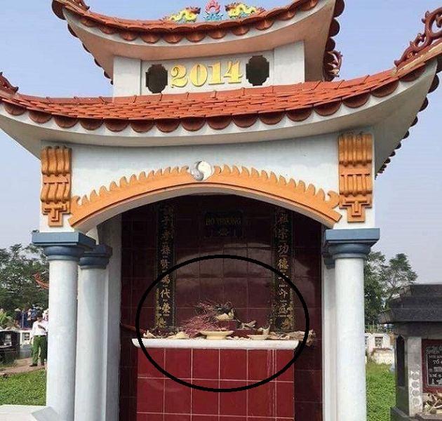 Gần trăm bát hương ở các ngôi mộ tại nghĩa trang làng Lưu (thôn Nghĩa Trang) bị đập phá khiến người dân hoang mang. Ảnh: Bạn đọc cung cấp
