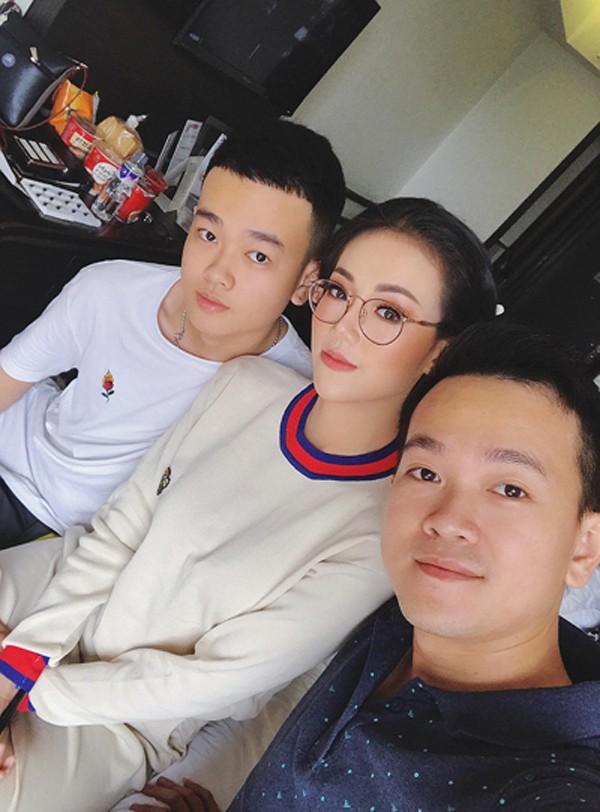 Chuyên gia trang điểm Nguyễn Phương Khanh luôn hết lòng hỗ trợ em gái.