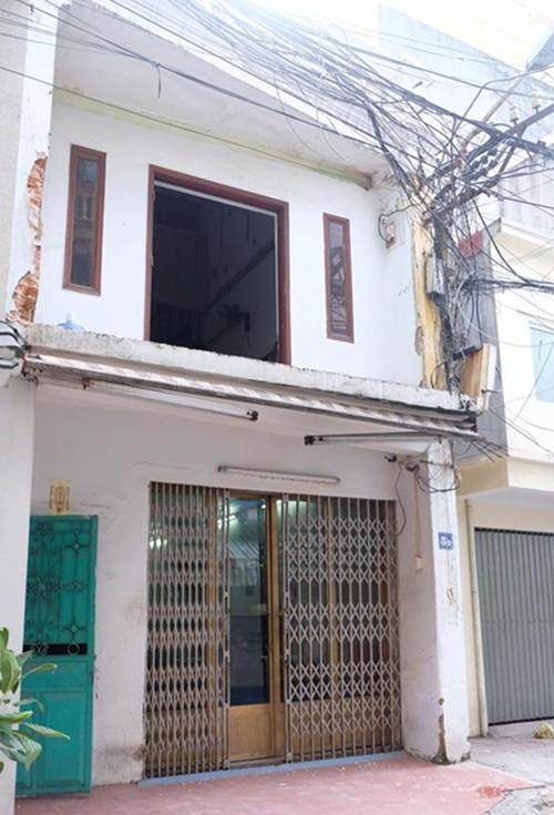 Trước cải tạo, căn nhà được gia đình chị Trang cho thuê, có nhiều hạng mục xuống cấp như tường ẩm và bong chóc; khu bếp, nhà vệ sinh chưa tiện dụng; các phòng thiếu ánh sáng...
