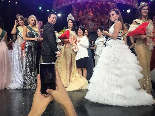 Mẹ và anh trai đã lên chúc mừng Nguyễn Phương Khánh ngay khi cô đăng quang Hoa hậu Trái đất.