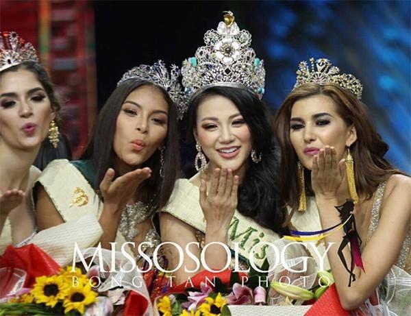 Nguyễn Phương Khánh là người đẹp nổi bật trong cuộc thi không chỉ hình thể mà còn kiến thức.