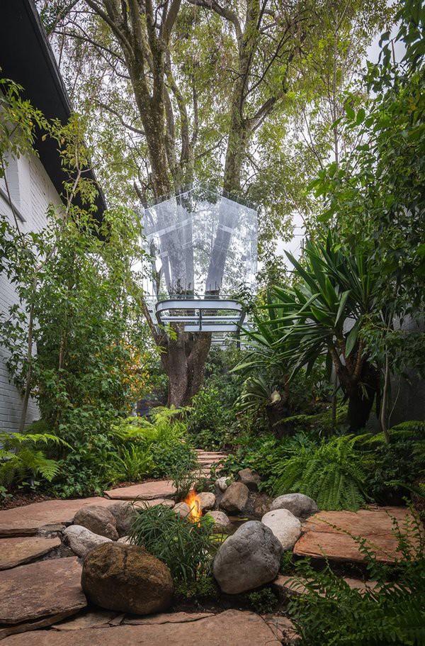 """Ngôi nhà nằm ở chân núi Sierra de las Cruces, phía Tây trung tâm thành phố Mexico, do kiến trúc sư Gerardo Broissin thiết kế và thi công. Công trình mang tên """"Chantli Kuaulakoyokan"""" (Nhà trên ngọn cây)."""