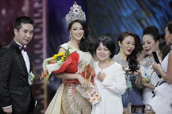 Anh trai và mẹ Nguyễn Phương Khánh lên chúc mừng cô trong đêm Chung kết Miss Earth 2018.