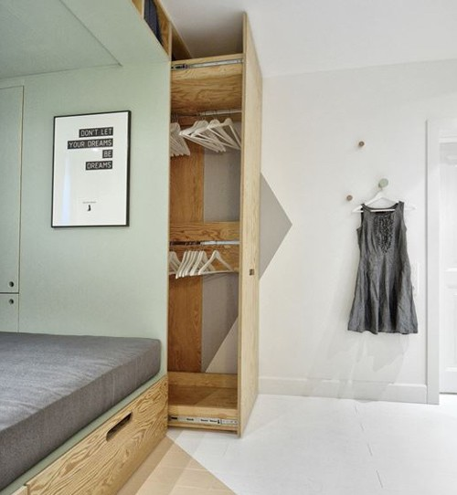 Chỗ để quần áo bí mật nằm sau giường.