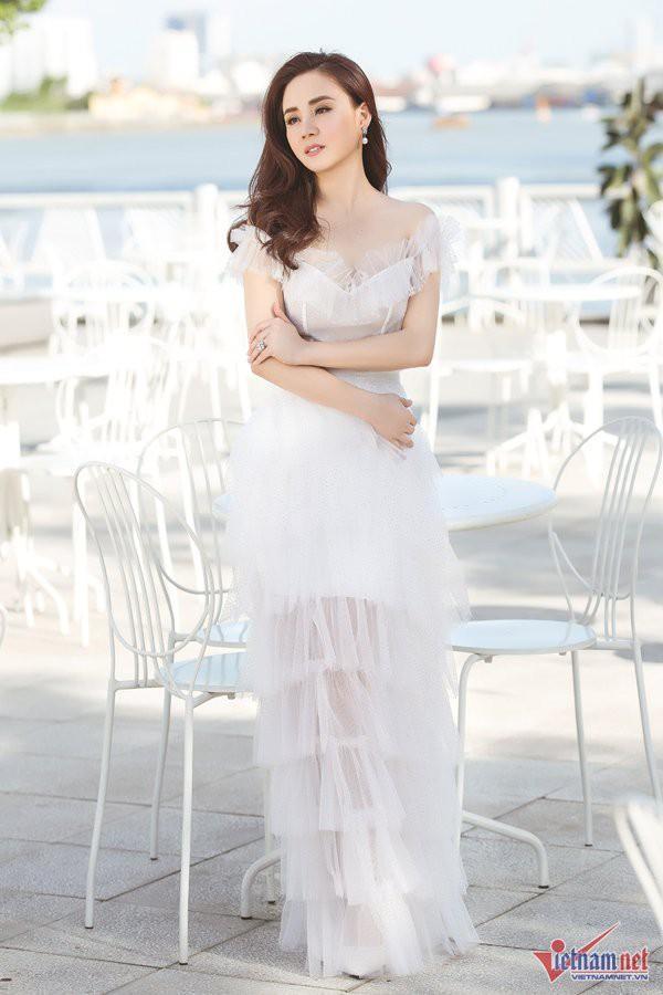 Vy Oanh vừa ra mắt sản phẩm đánh dấu sự trở lại chính thức với làng nhạc sau 6 năm hoạt động cầm chừng. MV lần này cũng đều do cô một tay đầu tư, sản xuất.