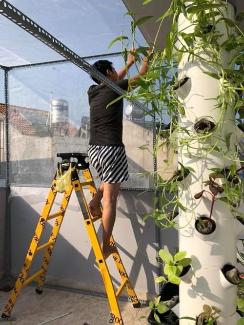 Khu vườn nhỏ trên sân thượng của diễn viên Ngọc Lan có đủ ba mô hình trồng rau phổ biến hiện nay: trụ thủy canh, bán thủy canh và chậu đất.
