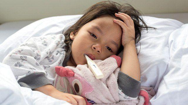 Trẻ sốt xuất huyết thường sốt cao đột ngột 39-40 độ C. Ảnh: Smart Parenting