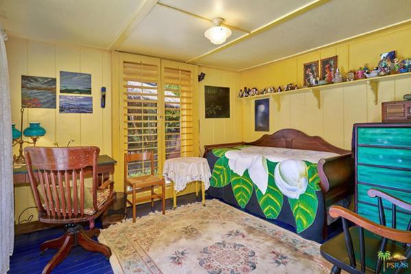 2 phòng ngủ nhỏ được sơn màu vàng.