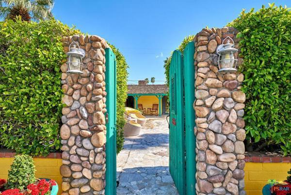 ... và cánh cổng nhỏ màu xanh bắt mắt.