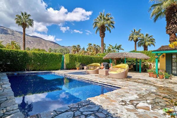Căn hộ được thiết kế kiểu sân vườn, sân gạch khá rộng, có cả hồ bơi nhỏ trước cửa.