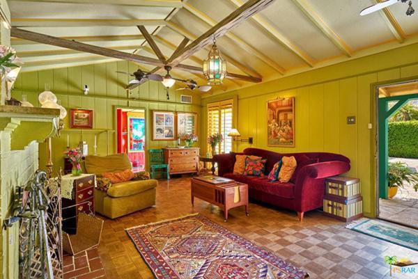 Mỗi phòng được sơn một màu khác nhau khiến bên trong bừng sáng, rực rỡ như những bức họa nổi tiếng của họa sĩ Van Gogh.
