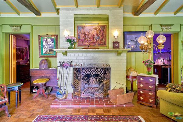 Phòng khách lớn với trần mái vòm, có lò sưởi bằng gạch và đồ nội thất, trang trí kiểu cổ điển.