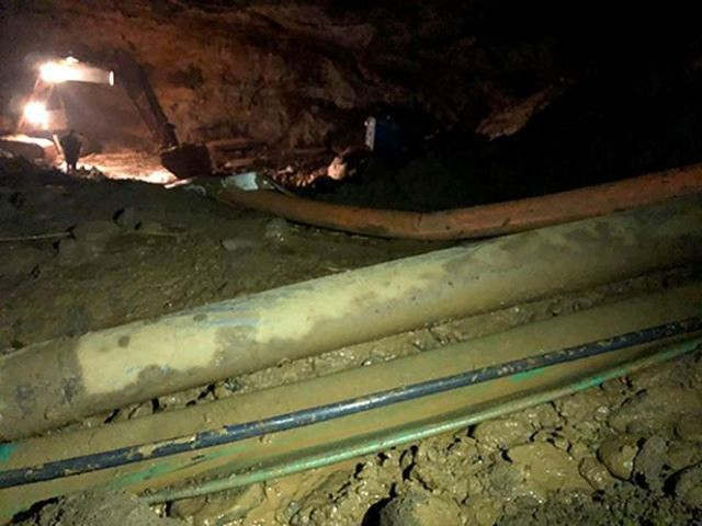 Quá trình bơm hút nước, bùn tại hang vàng, nhiều lần máy bơm gặp trục trặc, sự cố khiến tiến độ cứu hộ bị hạn chế.