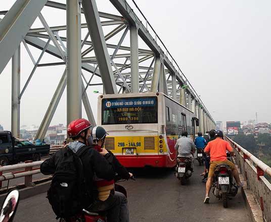 Phương tiện xe buýt, ô tô tải lấn át đường đi của xe máy. Ảnh: TN