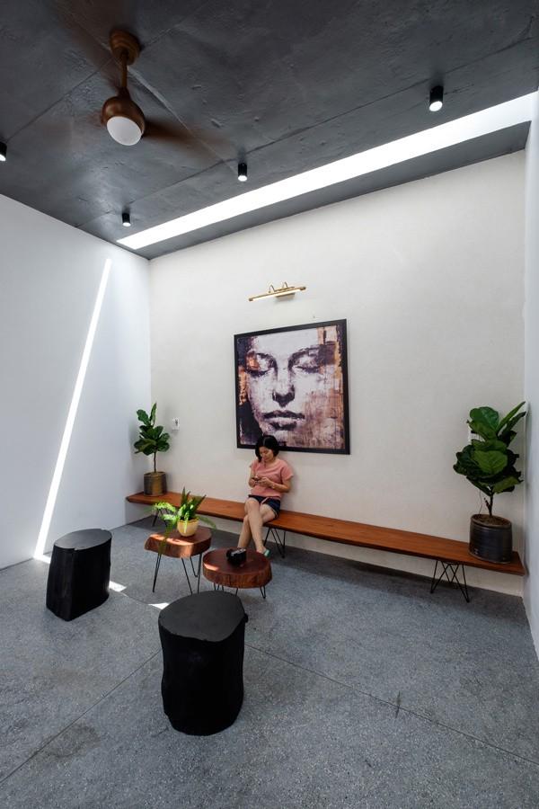 Ngôi nhà được thiết kế hướng nội, nơi các thành viên trong gia đình có thể trò chuyện, sinh hoạt, ăn uống, cùng nhau. Vì thế gia chủ dành hẳn một không gian trên tầng 2 làm nơi đọc sách, thư giãn.