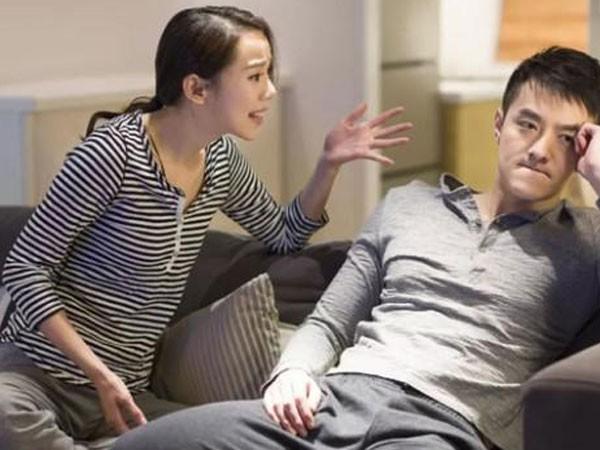 Hoàn luôn bực bội với chồng khi biết mẹ chồng sang tên căn nhà cho con gái, để vợ chồng cô phải ra ngoài thuê. (ảnh minh họa)