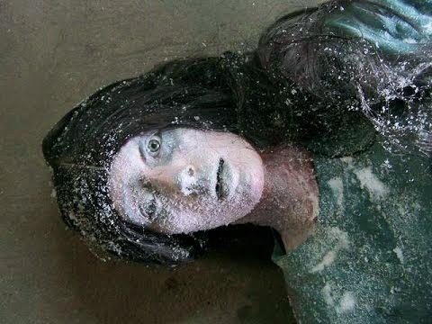 Khi được phát hiện, toàn thân Jean đã bị đóng băng cứng đờ với đôi mắt mở trừng trừng vô hồn. (Hình ảnh được dựng lại)