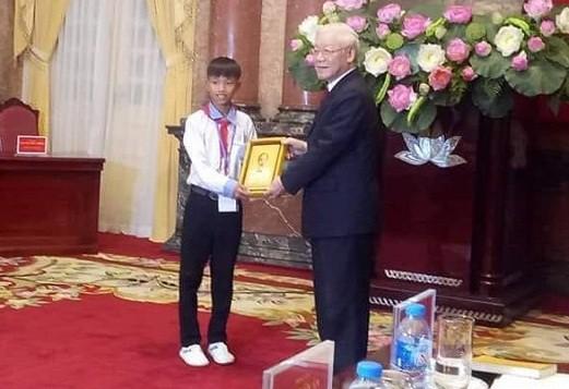Em Võ Hồng Hiếu được Tổng Bí thư, Chủ tịch nước Nguyễn Phú Trọng tặng ảnh Bác Hồ tại Phủ Chủ tịch nước.