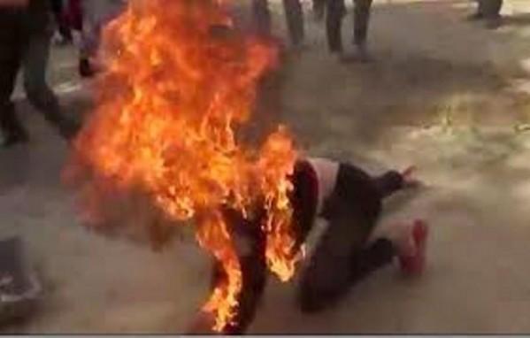 Kết quả hình ảnh cho Về đón con sau khi tòa xử ly hôn, vợ bị chồng đổ xăng đốt