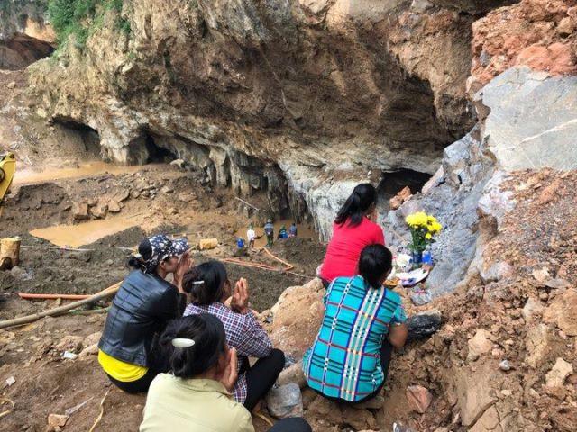 Người thân lập bàn thờ ngay ngoài cửa hang, cầu mong tìm thấy hai phu vàng.