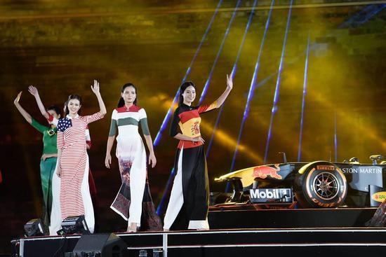 Tâm điểm của chương trình ngoài sự xuất hiện của chiếc xe Công thức một còn có màn trình diễn áo dài với thiết kế lấy cảm hứng từ cờ và các danh lam thắng cảnh nổi bật của 22 quốc gia tổ chức các chặng đua F1 được trình diễn trên sân khấu.