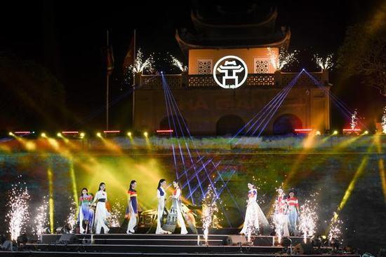 Mặc dù chưa từng theo đuổi con đường nghệ thuật sau khi lọt top 10 Hoa hậu Việt Nam 2010 nhưng Thùy Dương vẫn rất tự tin đảm nhận vai trò này. Trong suốt quá trình tổng duyệt lẫn tập luyện Thùy Dương luôn nhận được sự động viên, chỉ bảo của ông xã Minh Tiệp và NTK Đỗ Trịnh Hoài Nam.