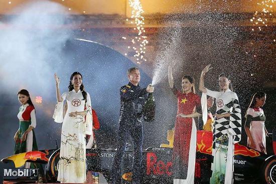 David Coulthard, cựu tay đua F1 từng 13 lần giành chiến thắng chặng đua Grand Prix xuất hiện bên những tà áo dài dân tộc.