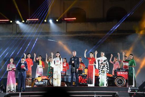 """NTK Đỗ Trịnh Hoài Nam, chủ nhân của BST áo dài """"Thế giới như tôi thấy"""" cho biết: """"Các ngài đại sứ, bạn bè quốc tế vô cùng thích thú khi nhìn thấy những chiếc áo dài có in hình ảnh đất nước, văn hóa của 22 quốc gia có đường đua F1. Màn trình diễn áo dài của các người mẫu bên những chiếc xe F1 đem đến một cảm xúc tự hào khi văn hóa truyền thống của Việt Nam được giới thiệu rộng rãi đến bạn bè thế giới."""
