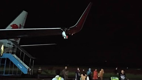 Cánh trái máy bay mang số hiệu JT633 của hãng hàng không Indonesia Lion Air bị vỡ sau khi đâm vào cột ở sân bay Fatmawati. Ảnh: CNA.
