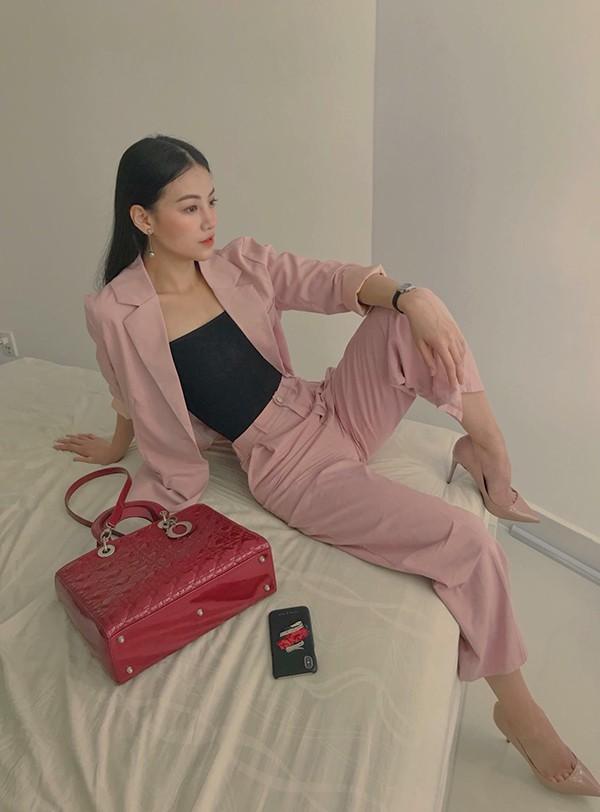 Được biết, Phương Khánh thường lựa chọn trang phục ở các nhãn hiệu bình dân. Cô thường chờ tới dịp sale để chọn đồ nên không tốn quá nhiều tiền vào chi phí thời trang