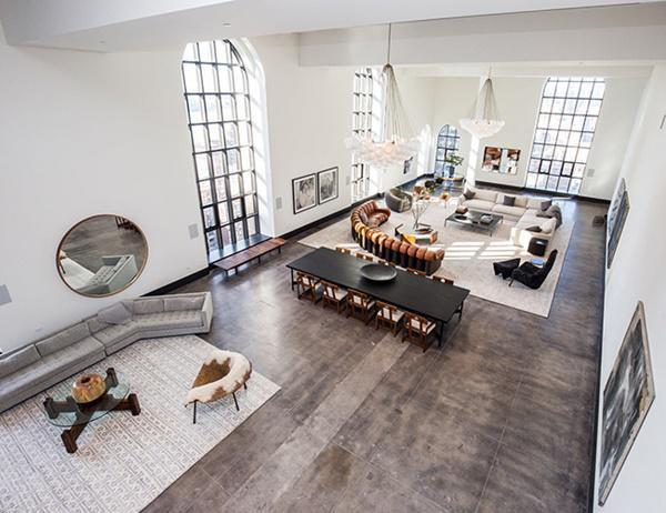 Căn hộ nằm trong tòa nhà One Hundred Barclay, từng được xây dựng như trụ sở cho công ty điện thoại New York vào những năm 1920. Với diện tích 14.500 m2, căn hộ trải dài cả tầng 32 và 33.