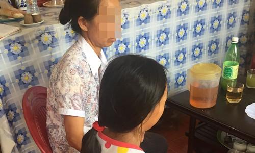 Chị Thanh và bé Thu, sinh năm 2006, nạn nhân bị xâm hại tháng 4/2017. Ảnh: Trịnh Hà.