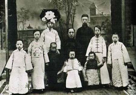 Uẩn Hoan chụp ảnh cùng gia các huynh muội.