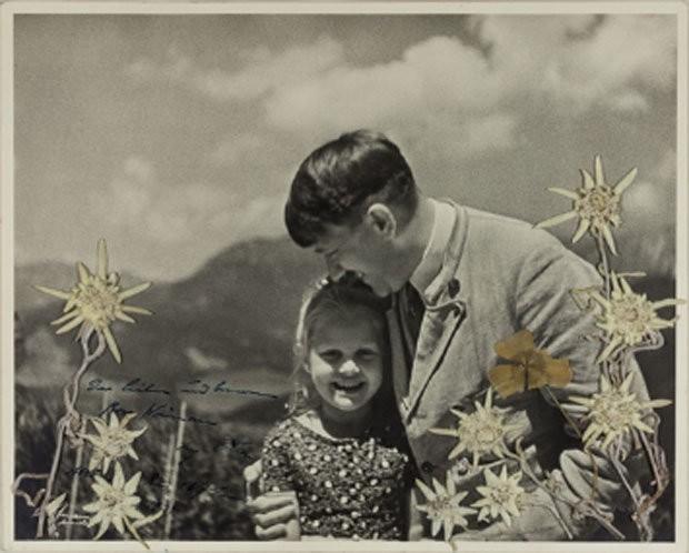 Bức ảnh cho thấy trùm phát xít Hitker mỉm cười và âu yếm bé Rosa Bernile Nienau - người gọi ông ta là Bác Hitler.