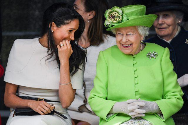 Meghan trong chuyến đi cùng với Nữ hoàng ngay sau khi kết hôn.