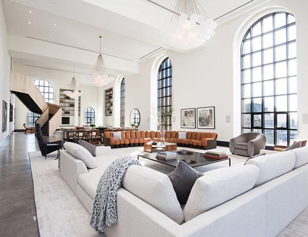 Cửa sổ kính kéo dài từ trần đến sàn lớn.