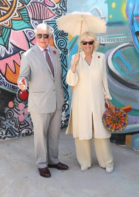 Vợ chồng Thái tử Charles tới Ghana hôm 1/11. Ảnh: Express.