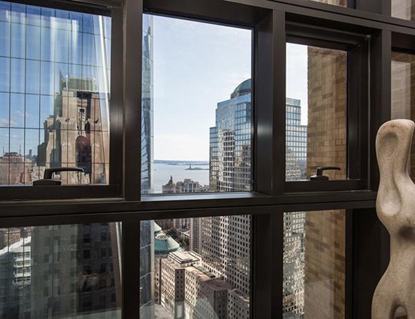Hướng ra ngoài cửa sổ phía nam, ta có thể được nhìn thấy Trung tâm thương mại thế giới và Tượng Nữ thần Tự do ở ngay bên ngoài