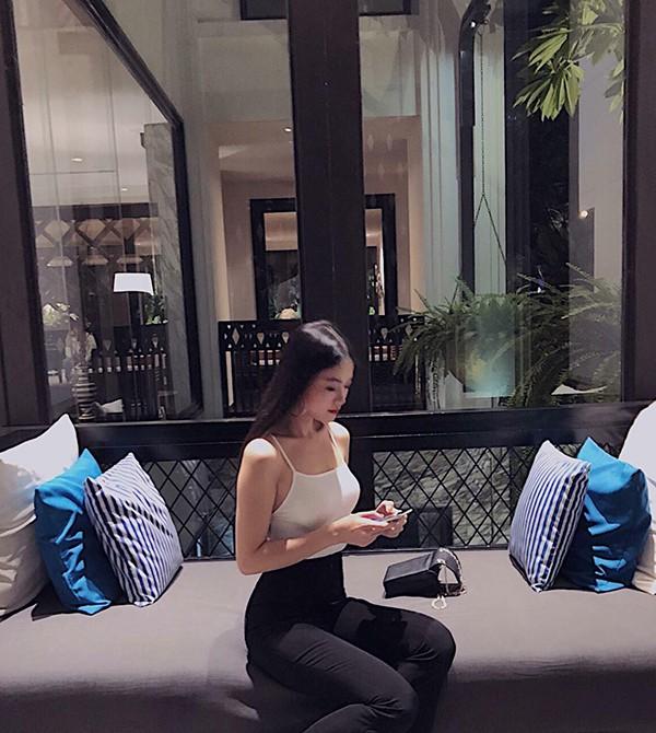Được học tập tại một đất nước phát triển, vì thế Phương Khánh sớm có được sự tự tin và xây dựng thành công phong cách trẻ trung, hiện đại.