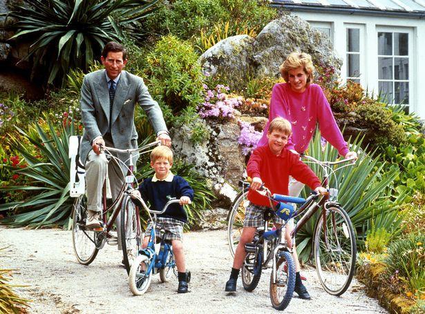 Thái tử Charles, Công nương Diana và hai hoàng tử William và Harry trong một lần dạo chơi bằng xe đạp năm 1989. Ảnh: PA.