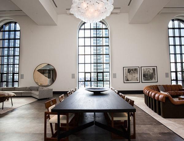 Các căn hộ sang trọng bên trong tòa nhà One Hundred Barclay đã được tái phát triển bởi Tập đoàn Bất động sản Magnum và Tập đoàn CIM - những người đã làm việc cẩn thận để bảo tồn vẻ đẹp lịch sử phong phú của tòa nhà