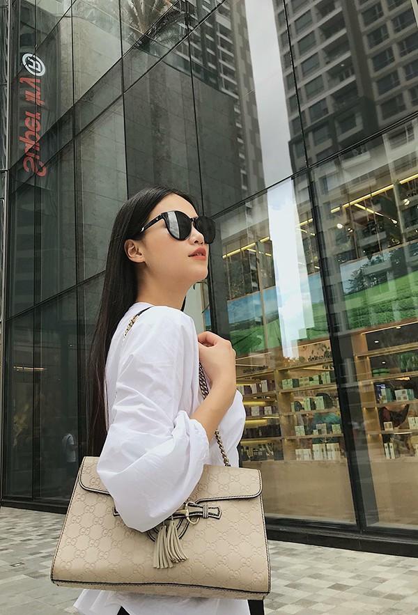 Gam trắng được Nguyễn Phương Khánh sử dụng nhiều nhất. Từ các kiểu áo hai dây sexy cho đến áo sơ mi, blouse thanh lịch đều được người đẹp mix-match hài hoà.