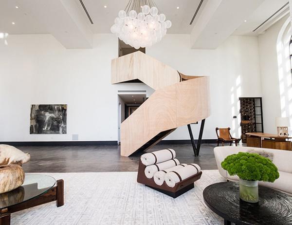 Khu vực trên lầu rộng hơn 1.000 mét vuông đang được để khá trống với mục đích giúp người mua tiềm năng dễ dàng có thể tùy chỉnh thiết kế nhà theo sở thích của họ