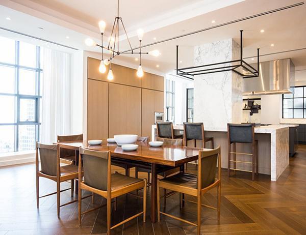 Nhà bếp có mặt bàn bằng đá cẩm thạch vàng Calacatta và khu vực ăn uống cũng có nhiều ánh sáng