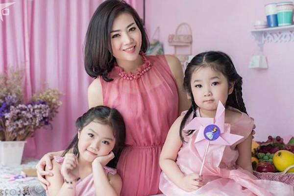 Thanh Hương đang có cuộc sống hạnh phúc bên chồng và 2 con gái xinh xắn.