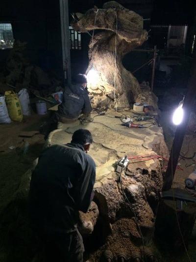 4 người phải làm việc 16 tiếng mỗi ngày trong 8 tháng mới xong chiếc bàn gần 5 tấn, với tạo hình cụ rùa và cây tùng cổ thụ. Riêng 2 chiếc ghế đơn, các nghệ nhân đã phải chế tác trong 3 tháng liên tục. Ảnh: NVCC.