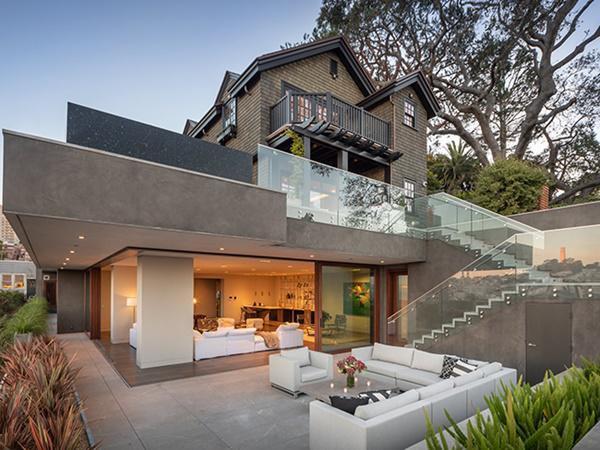 San Francisco nổi tiếng là một thị trường nhà ở đắt đỏ với 60% người lao động nói rằng họ không đủ khả năng chi trả bất kỳ căn nhà nào tại đây. Ngôi nhà nằm ở 950 Lombard St. ở đồi Russian của San Francisco. Nó là sự pha trộn của thiết kế hiện đại và không gian mở theo xu hướng ngày nay