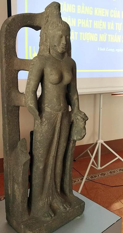 Tượng nữ thần Saraswati được đặt tại lễ trao thưởng cho người giao nộp. Ảnh: Vĩnh Nam.