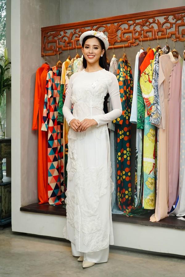 Tiểu Vy cũng chuẩn bị trang phục áo dài của nhà thiết kế Thủy Nguyễn cho Miss World.