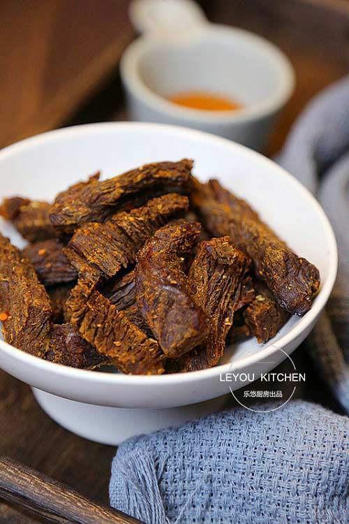 Những miếng bò khô màu sắc bắt mắt, thơm lừng gia vị, ăn khô khô, mặn, ngọt, cay tê lưỡi